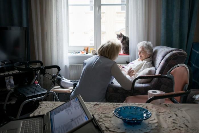 Pflege zwischen gehäkelten Tischdeckchen undLaptop